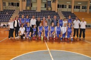 Η άφιξη της Εθνικής Ελλάδας στο κλειστό Κανήθου, με την Κατερίνα Σωτηρίου σε πρώτο πλάνο.
