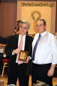 Ο πρόεδρος του Άρη Θηβών κ.Ματσαγγούρας βραβεύει τον πρόεδρο της ΕΣΚΑΣΕ κ.Μελετίου.