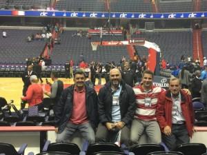 Οι Έλληνες προπονητές λίγο πριν την έναρξη του αγώνα των Wizards με το Miami.