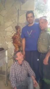 Ο προπονητής του Μάκαρου Νίκος Παπούλιας μαζί με φίλους του και με το αρνί έτοιμο!